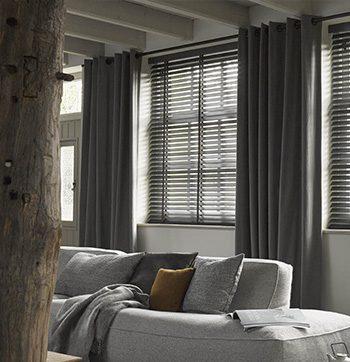 raamdecoratie-houten-jaloezie
